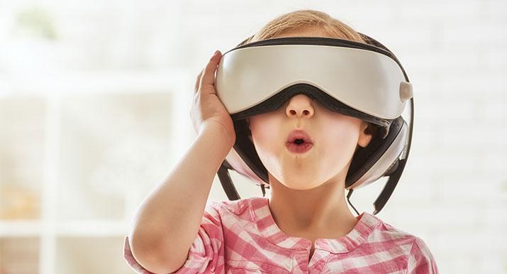 Bambina con visore