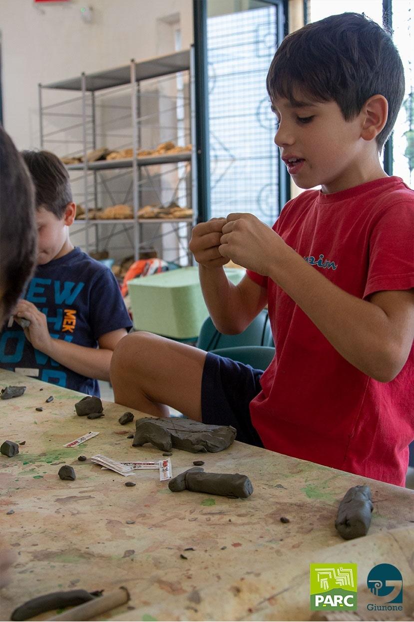 Realizzazione statuina in argilla durante un campo estivo di archeologia